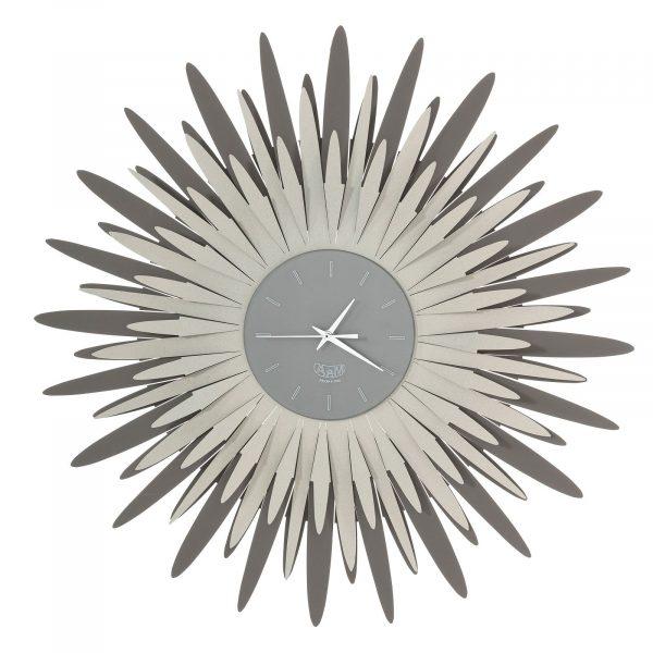 L'orologio da parete a forma di ampia raggiera Sting, diam. 60, disponibile in tre combinazioni di colore