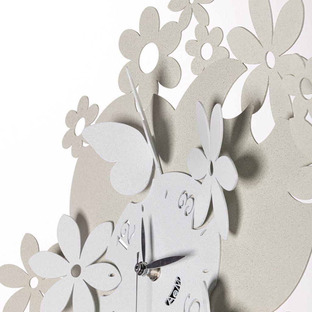 particolare dell'orologio Daisy